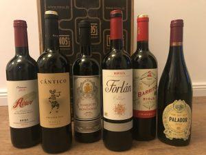 Sechs nebeneinander stehende Flaschen Rotwein aus der Rioja