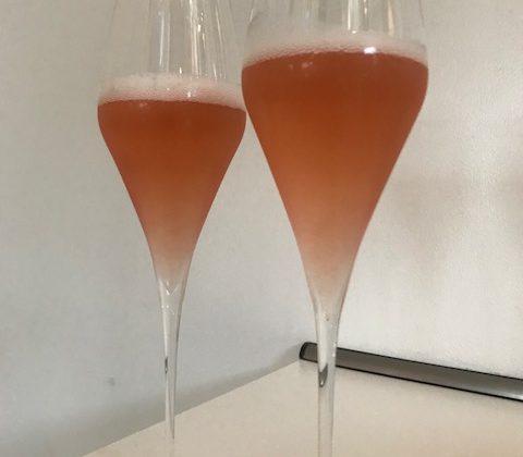 Zwei Champagnergläser mit Rosechampagner